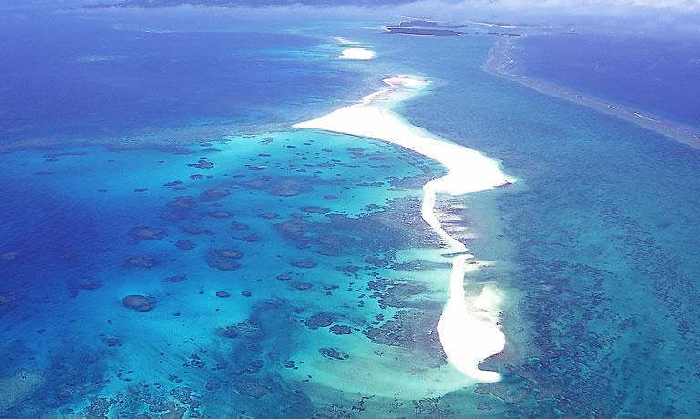 沖縄のマジで綺麗なビーチその3久米島のはての浜を上空から